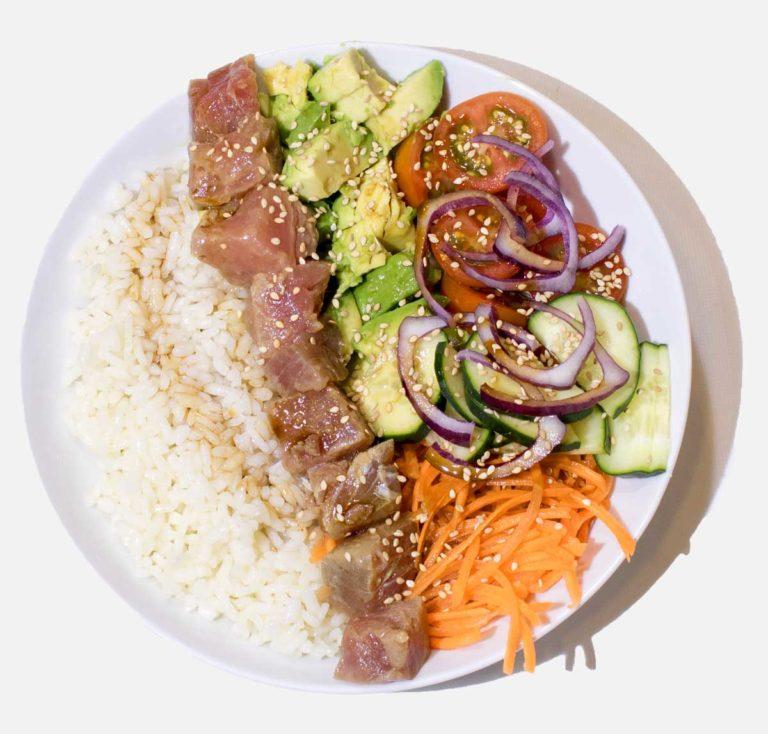 Poke Bowl de atún con arroz y ensalada