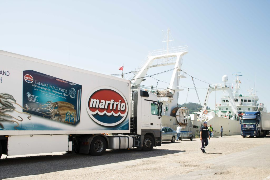 Igueldo descargando Calamar en Marfrio Marín. Camión calamar.