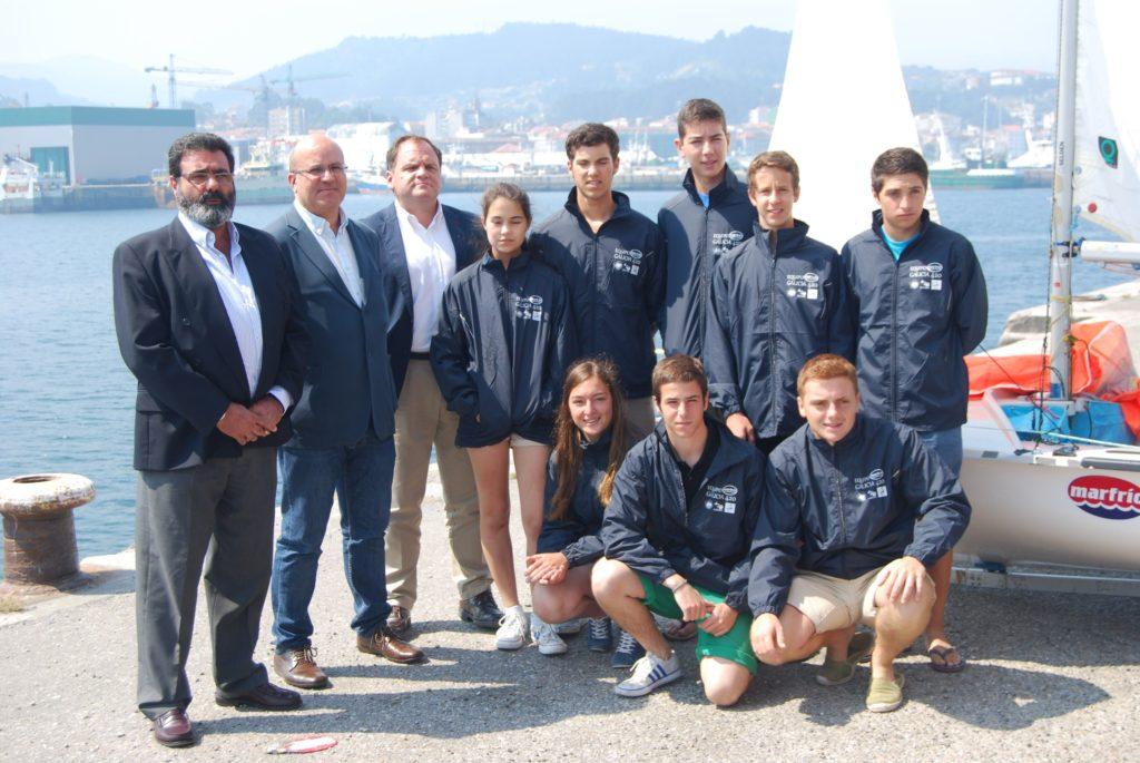 El equipo gallego que participará en el campeonato del mundo de vela absoluto de 420, junto con los directivos de Marfrio