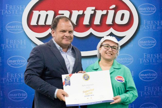 Santiago Montejo, director general de Marfrio; junto con Milagros Mallo, empleada en Marfrio S.A, recogiendo el diploma que reconoce la calidad del calamar patagónico.