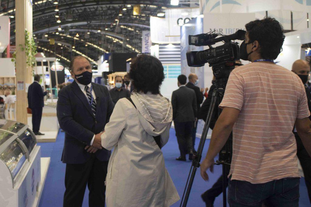 Rita Alonso, periodista, junto con Lucas, cámara de TVE, entrevistando al Santiago Montejo en el stand de Marfrio durante Conxemar 2021