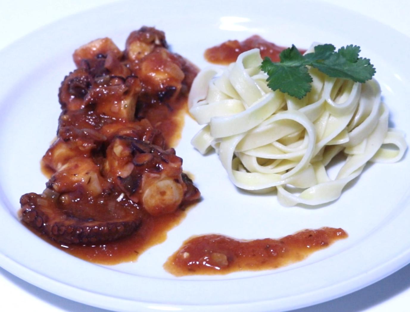 Pulpo cocido con tomate y pasta